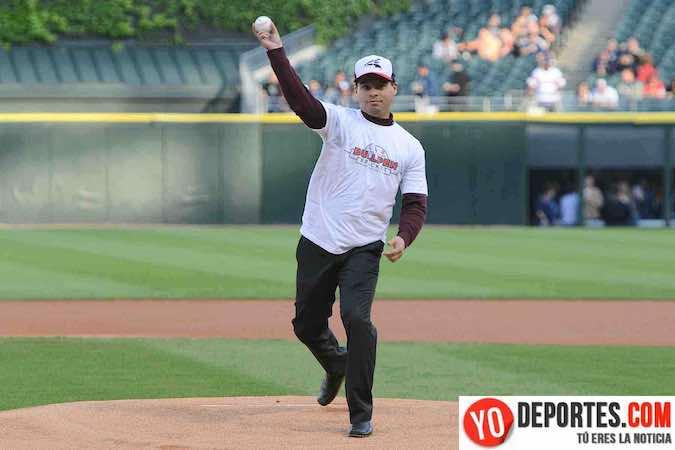 Billy Russo de ESPN 97.5 lanza la bola durante el concurso Chicago White Sox Bullpen Bracket First Pitch Contest.