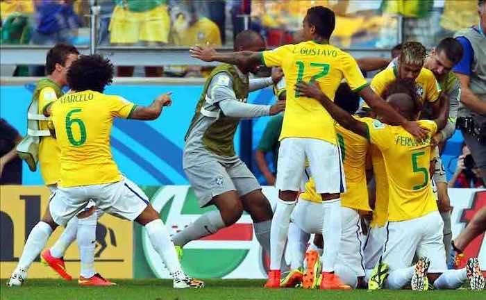 1-1. Julio César salva a Brasil en la tanda de penaltis ante Chile (3-2). EFE
