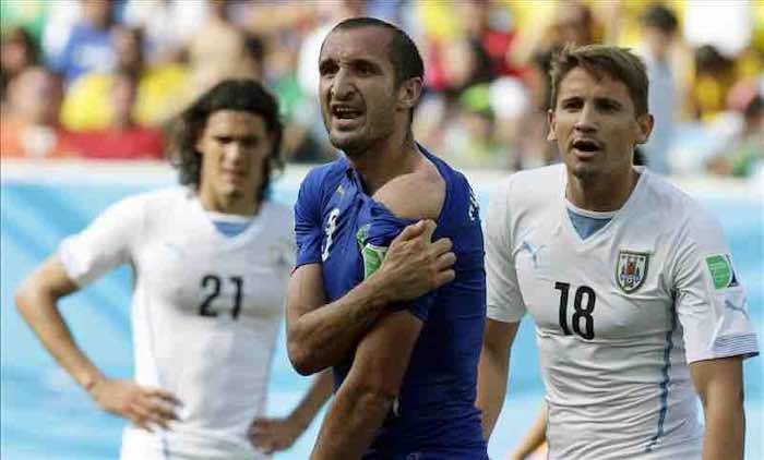"""Chiellini carga contra el árbitro mexicano y llama """"baboso"""" a Luis Suárez. EFE"""