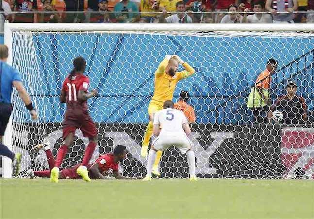 Silvestre Varela (c- abajo) de Portugal, después anotar de cabeza el gol agónico con el que su selección empató 2-2 con la de Estados Unidos. EFE