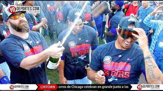 Cubs festejan con champagne pase a postemporada