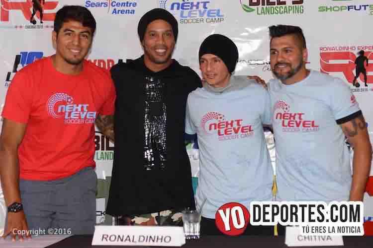 Ronaldinho en el barrio mexicano La Villita de Chicago