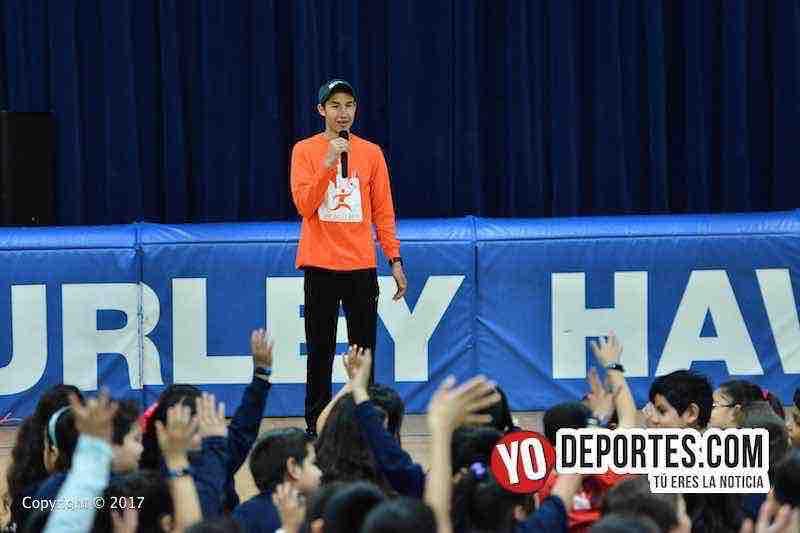 Diego Estrada inspira a los niños de la escuela Hurley Elementary en el sur de Chicago.