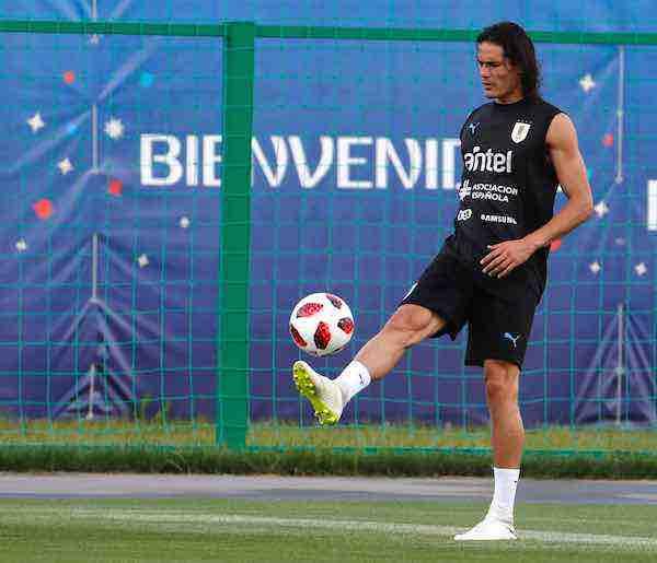 Edinson Cavani toca balón horas antes de que Uruguay enfrente a Francia
