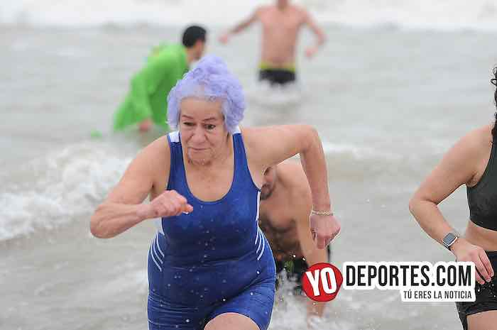Latinos arrancan el 2019 bañándose en el Lago Michigan de Chicago