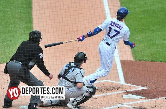 El tercera base de los Cubs Kris Bryant conectó jonrón al primer lanzamiento en la primera entrada.